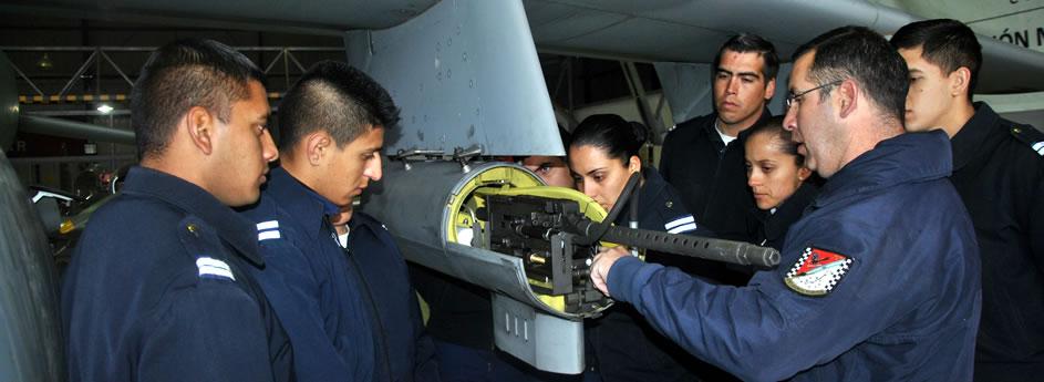 Aspirantes Reciben Instrucción Práctica Durante la Campaña de Tiro y Bombardeo de los IA 63 Pampa de la IV Brigada Aérea