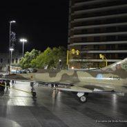 El avión Mirage exhibido en frente al Patio Olmos
